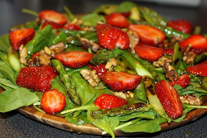 Салат со шпинатом, клубникой, сыром и соусом с сушенных помидоров