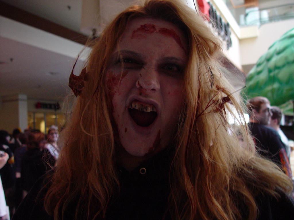 девушка в криме зомби