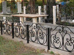 Женщина украшала интерьер дома вещами с кладбища