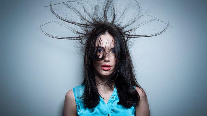 Почему электризуются волосы и как это устранить